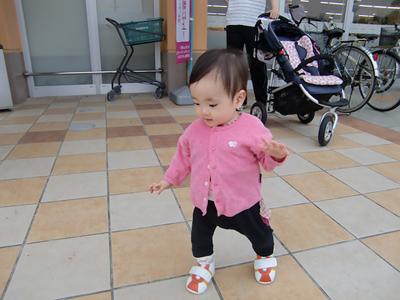 ファーストシューズで歩く赤ちゃん