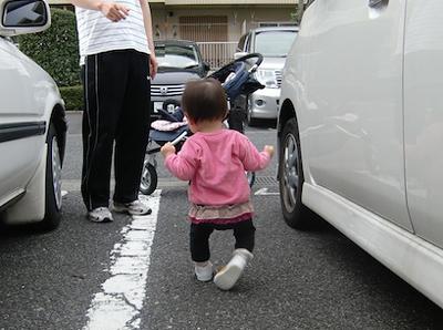 初めてのベビーシューズで歩く赤ちゃん