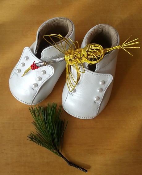 お正月飾りされたベビー靴