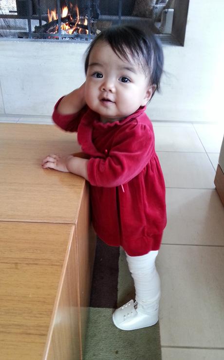 ベビーシューズを履いた赤ちゃん