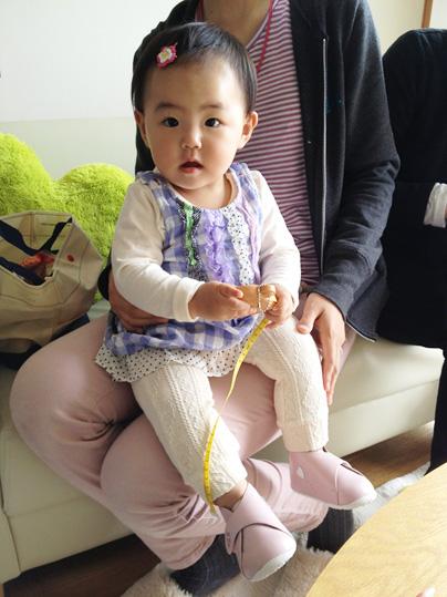 1歳誕生日プレゼントにベビー靴を選んでくださった赤ちゃん