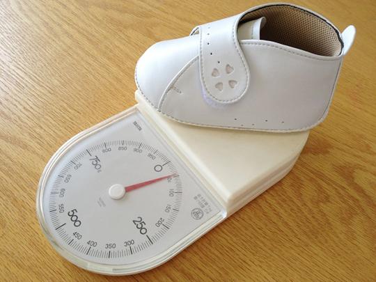 革製ベビーシューズの重さを測る