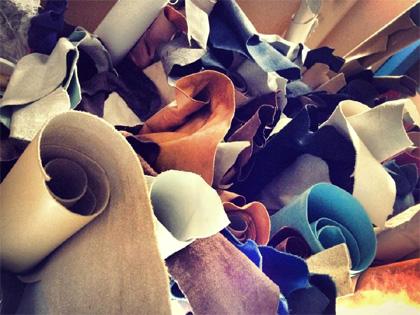 ベビー靴製作工房に積まれた革たち
