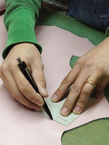 型紙で革に線を