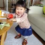 ベビー靴でご機嫌の赤ちゃん