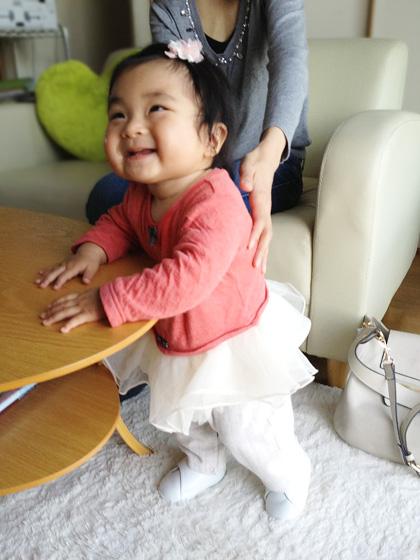 ファーストシューズを履いてご機嫌の赤ちゃん