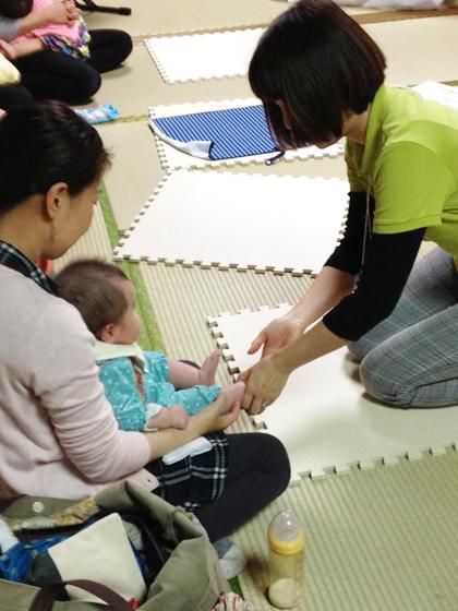 赤ちゃんの足を見る
