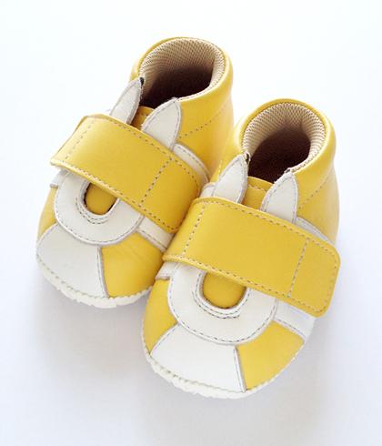 黄色いベビースニーカー