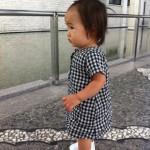 白いベビーシューズを履いた赤ちゃん