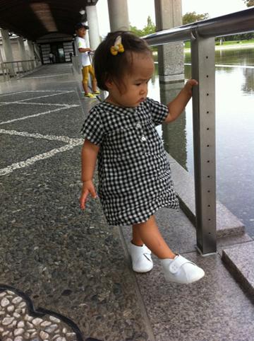 白いファーストシューズを履いた赤ちゃん