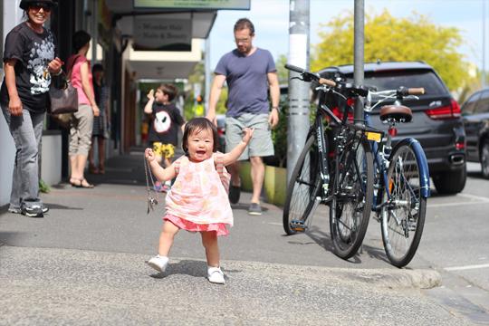 メルボルンの町をチョーチ・チョーチベビー靴で歩く赤ちゃん