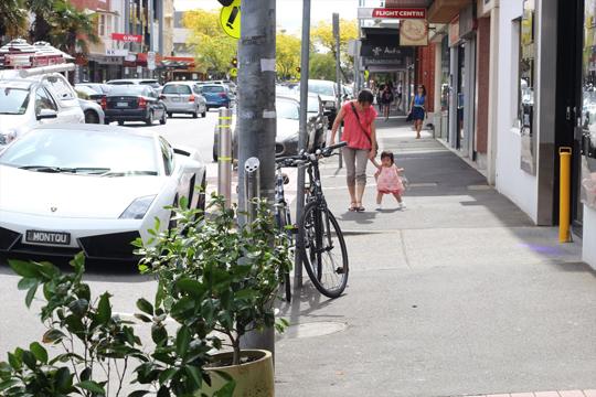 メルボルンの街をチョーチ・チョーチベビーシューズで歩く赤ちゃん
