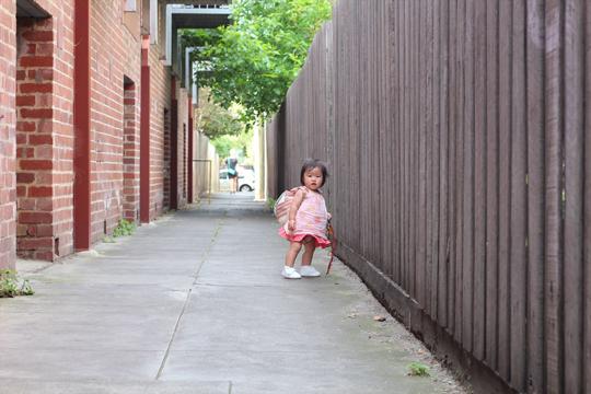ベビー靴で海外を歩く赤ちゃん