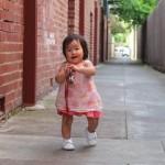 ベビー靴で歩く赤ちゃん