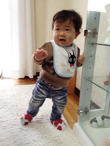 初めての靴でたっちする赤ちゃん