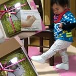 靴を見つめるかわいい赤ちゃん