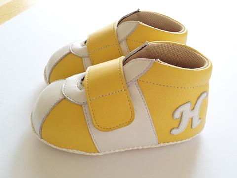 イニシャルH入り黄色いベビースニーカー