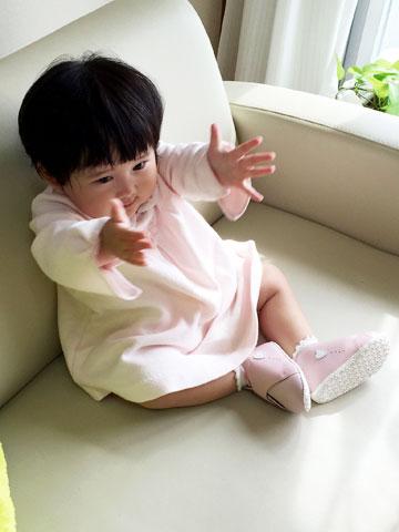 ピンクのベビーシューズが似合う赤ちゃん