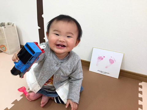 赤ちゃんと足形色紙