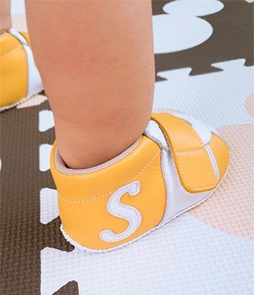 シューズを履いた赤ちゃんの足元
