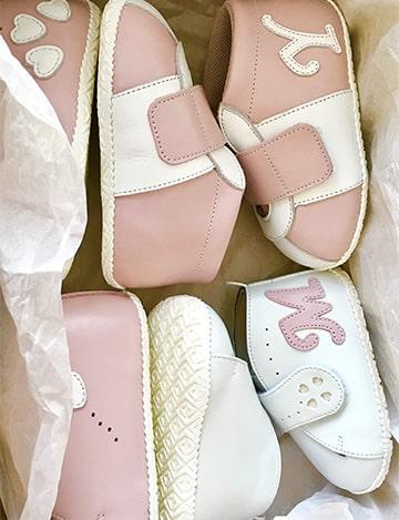ピンクの革製ベビーシューズ