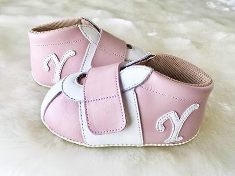 ピンクのベビースニーカー