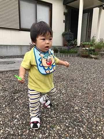 ファーストシューズを履いて歩く赤ちゃん
