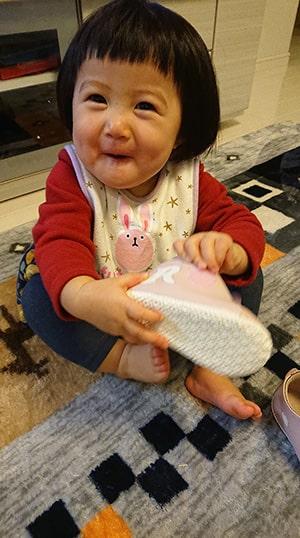 シューズを履いてごきげんの赤ちゃん