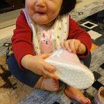 ベビーシューズを履いてニコニコの赤ちゃん