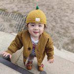 ファーストシューズを履いて笑顔の赤ちゃん