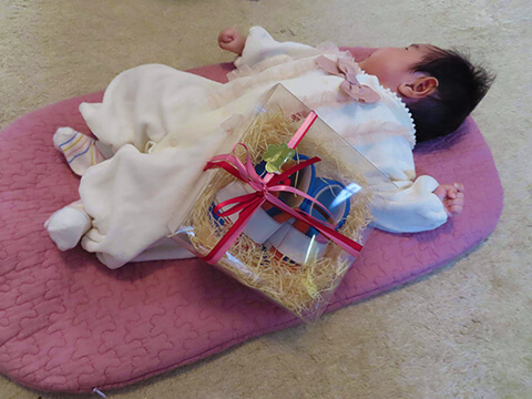 出産祝いのベビーシューズと赤ちゃん